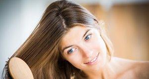 žena si češe krásné vlasy, užívá donna hair forte